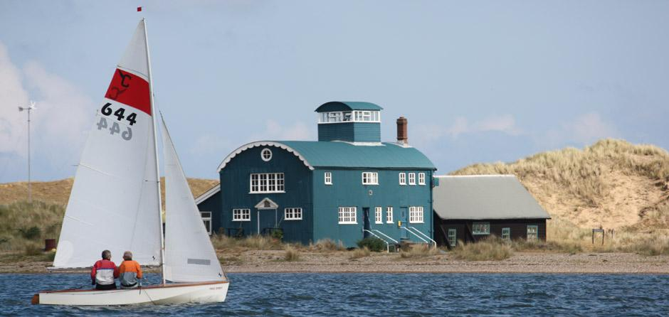 Lifeboat-hut-and-dingy3.jpg